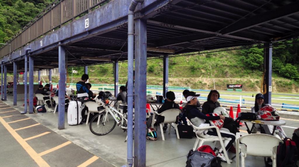 フェスティカサーキット栃木で開催されたGreenBrave耐久シリーズのレース前の参加者の様子。緊張感はなし。