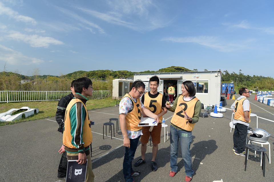 Ke-CUPのレース中に話し合っている様子の参加者