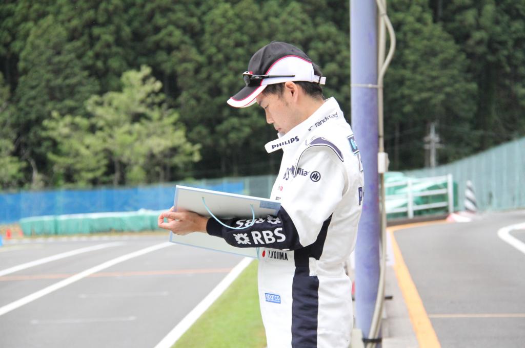フェスティカサーキット栃木で開催されたGreenBrave耐久のレース中に作戦を練るコジコジ選手。