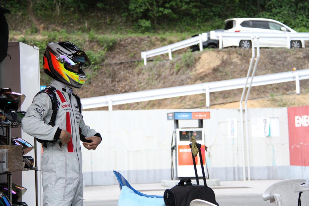 フェスティカサーキット栃木で開催されたGreenBrave耐久の決勝最後のドライバー交代を待つ参加者。