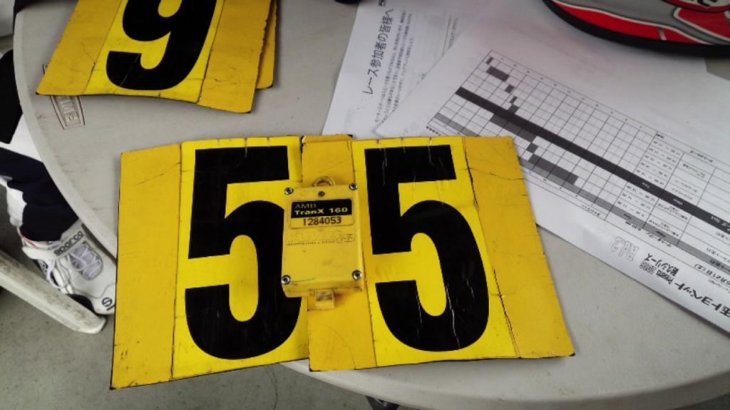 フェスティカサーキット栃木で開催されたGreenBrave耐久の受付で配布されるゼッケンと計測器