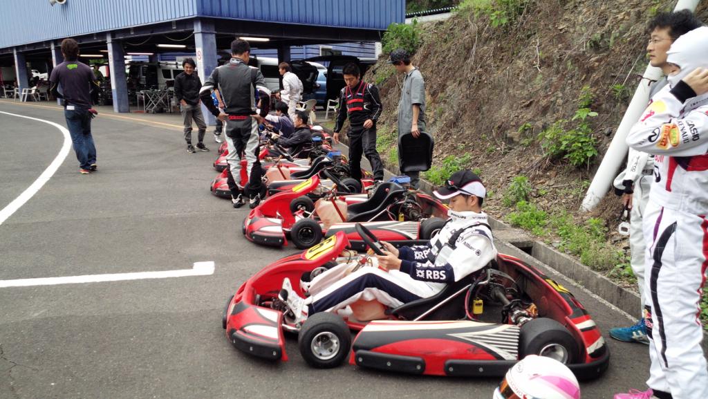 フェスティカサーキット栃木で開催されたGreenBrave耐久にて予選の前にシート位置を調整する参加者