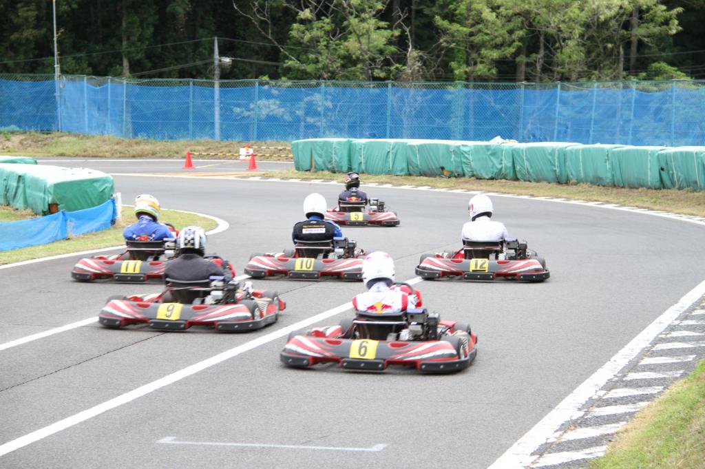フェスティカサーキット栃木で開催されたGreenBrave耐久のスタート直後の1コーナー。通常の最終コーナーに向かう様子。