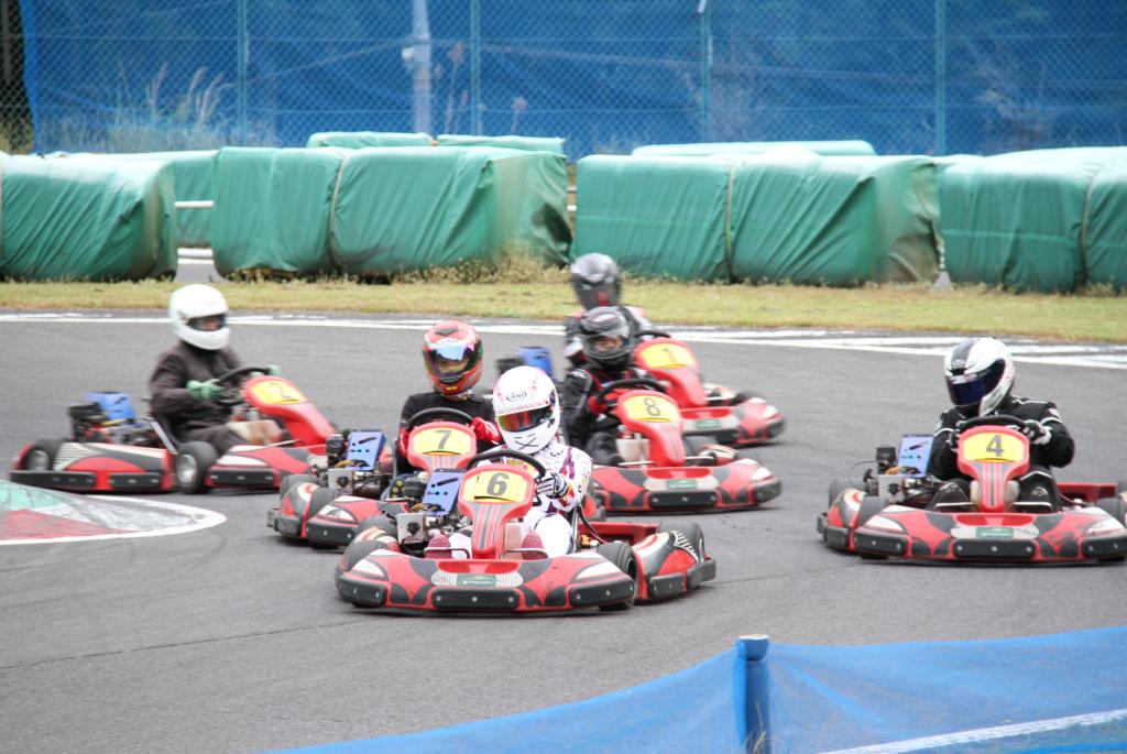 フェスティカサーキット栃木で開催されたGreenBrave耐久の決勝レース。6位以下は大混戦。