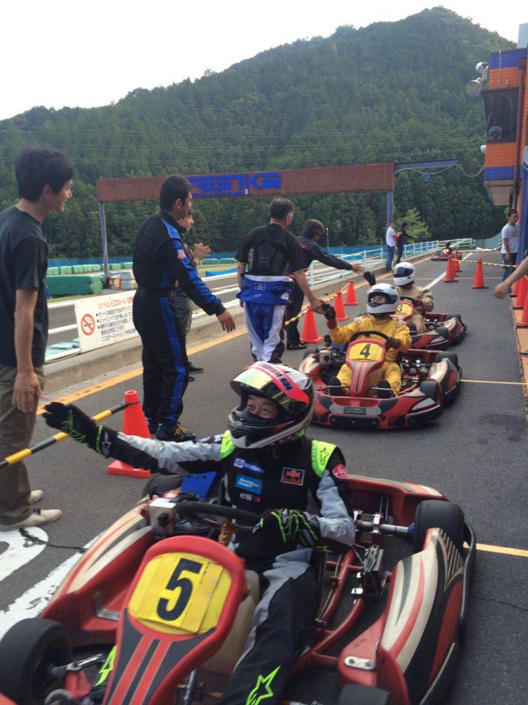 フェスティカサーキット栃木で開催されたFECのフィニッシュ後のハイタッチは参加者全員が達成感を得られます!