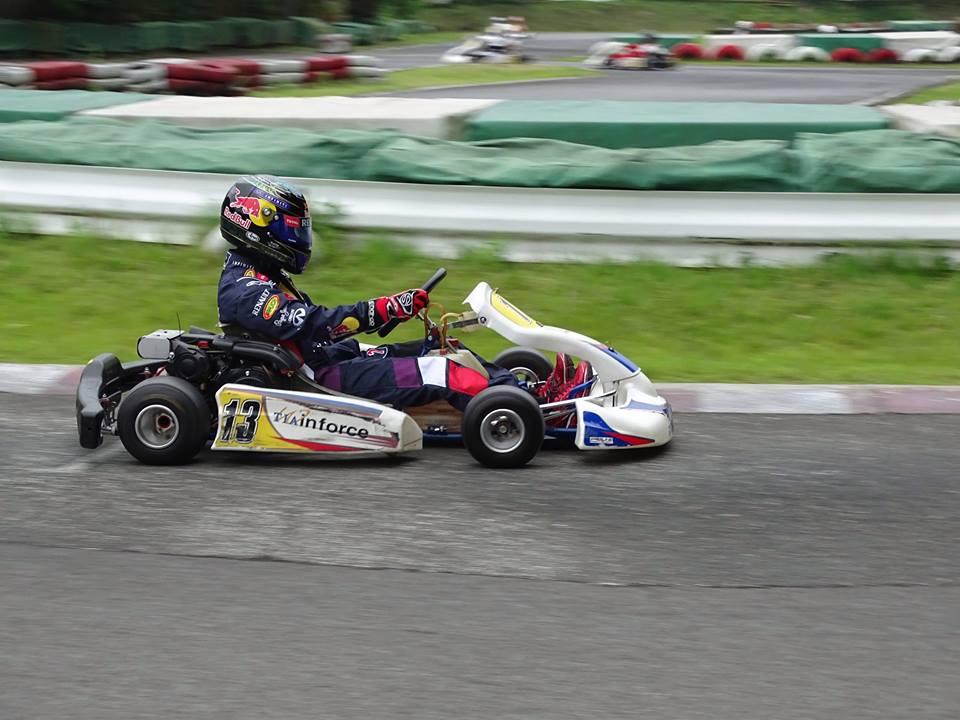 大井松田レンタルフェスタのファミ耐シリーズの決勝レース中の走行シーン。路面の色が異なる舗装の内側を走行中。