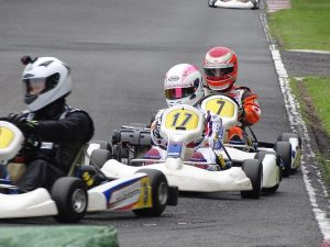 大井松田レンタルフェスタのファミ耐シリーズの決勝レース中の走行シーン