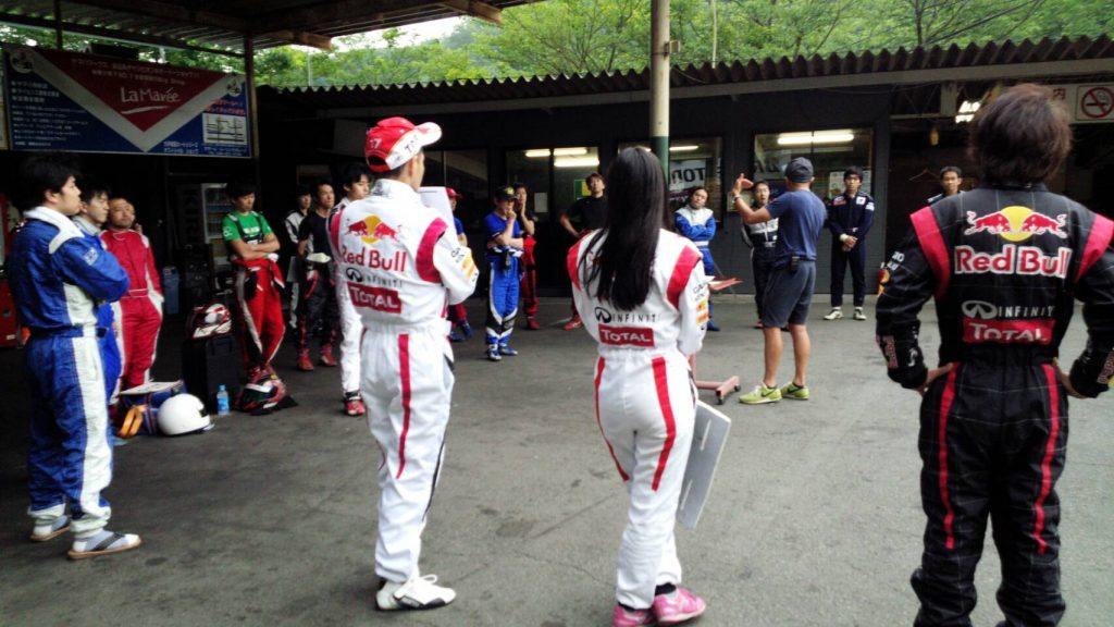 大井松田レンタルフェスタのファミ耐シリーズのドライバーズブリーフィングの様子