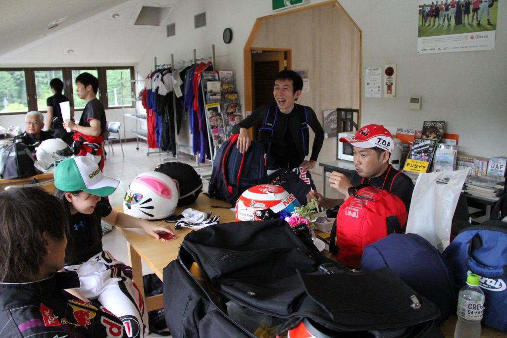 フェスティカサーキット栃木で開催されたGreenBrave耐久の開始前に集まる参加者