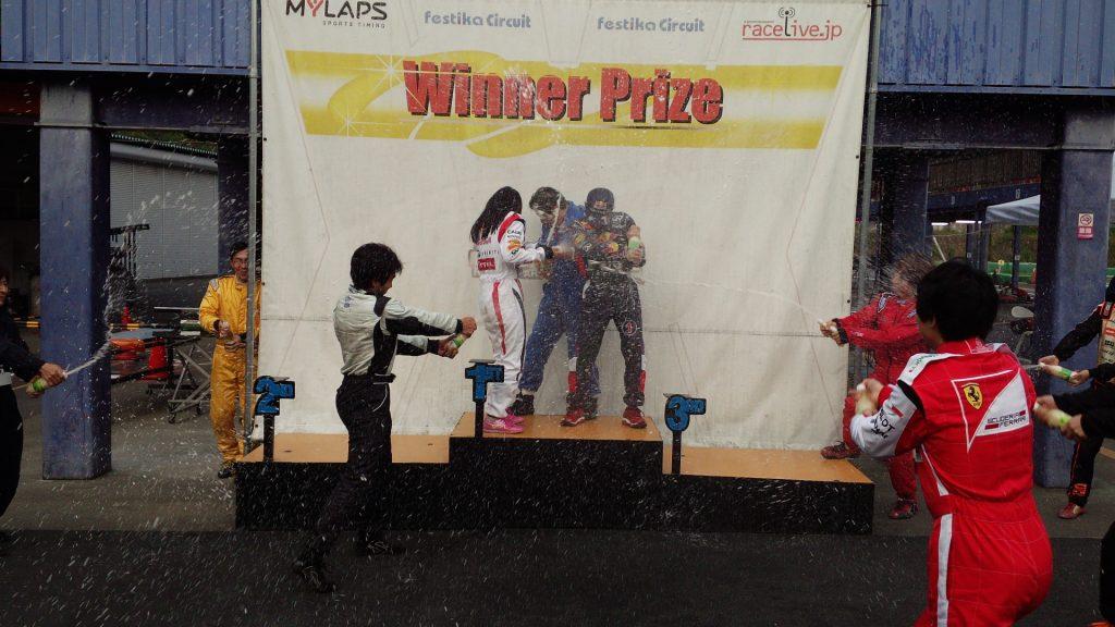 フェスティカサーキット栃木で開催されたFECの第2戦のシャンパンファイト