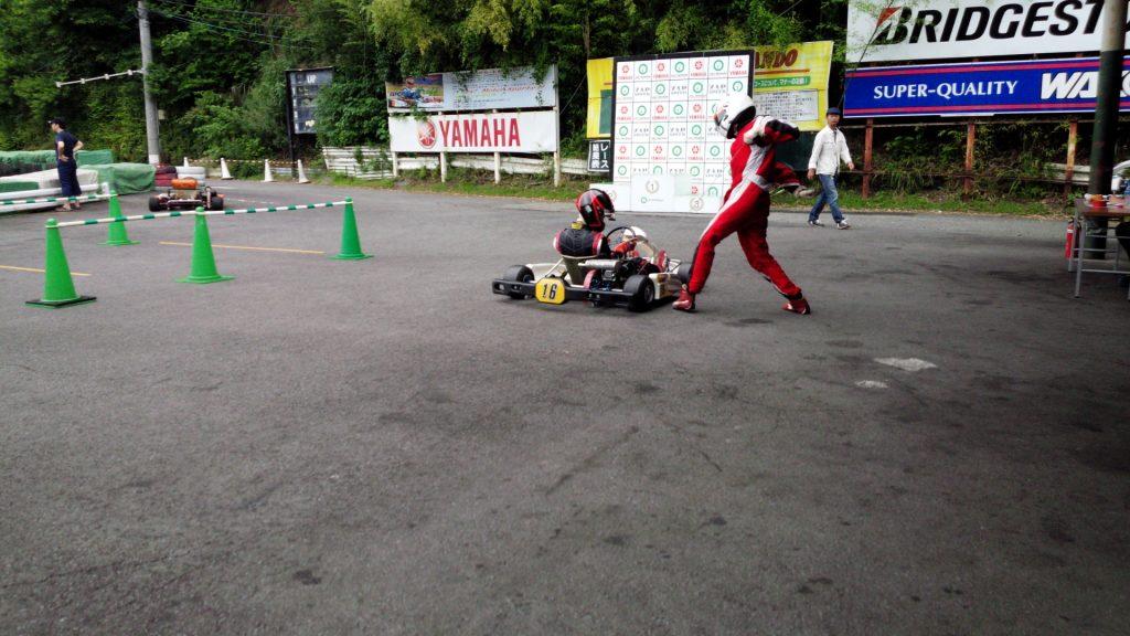 大井松田レンタルフェスタのファミ耐シリーズの決勝レース中のドライバー交代