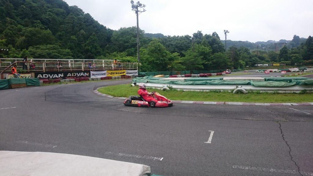 大井松田レンタルフェスタの決勝レース中の走行シーン