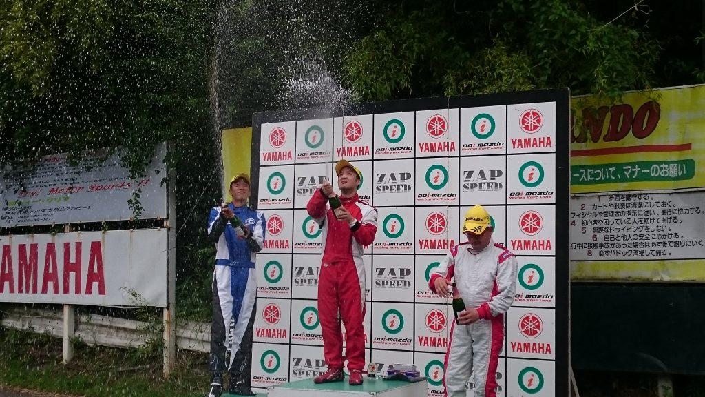 大井松田レンタルフェスタの表彰式にてシャンパンファイト