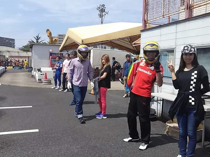 波泡穴プレゼンツ初心者カート大会のレース中ドライバー交代を待つ参加者