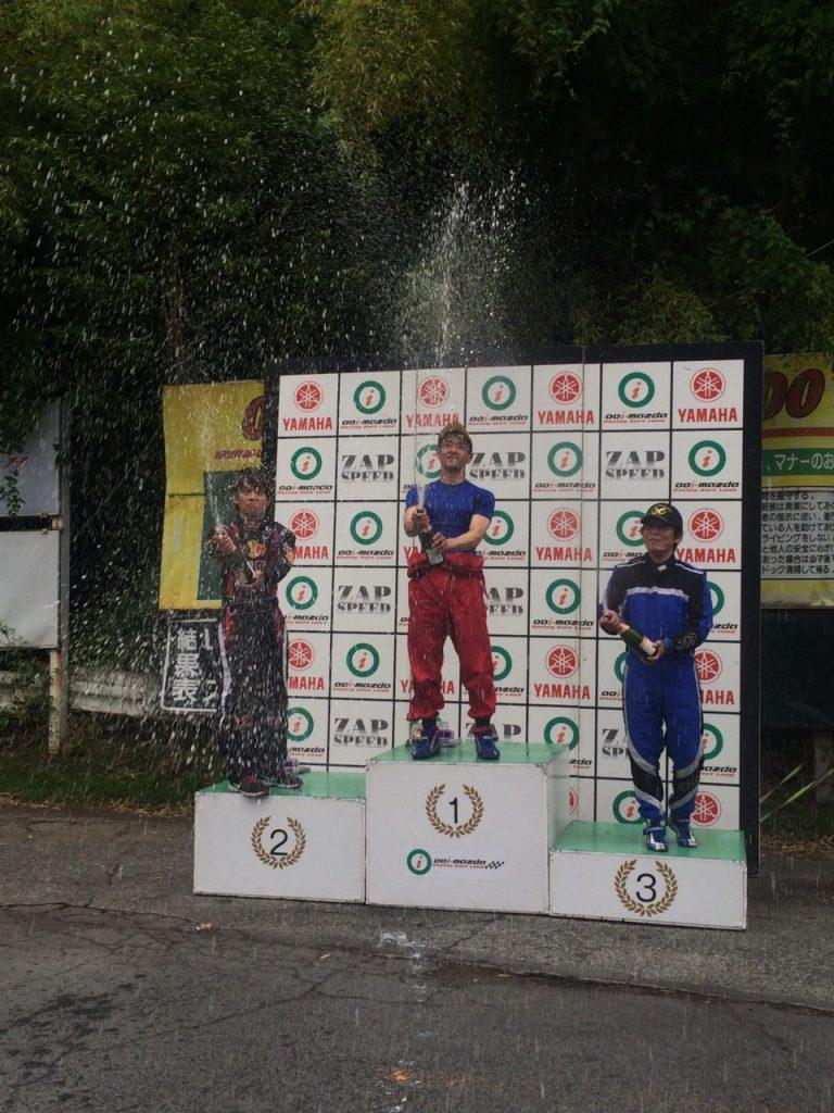 大井松田レンタルフェスタのファミ耐シリーズの表彰式でのシャンパンファイト