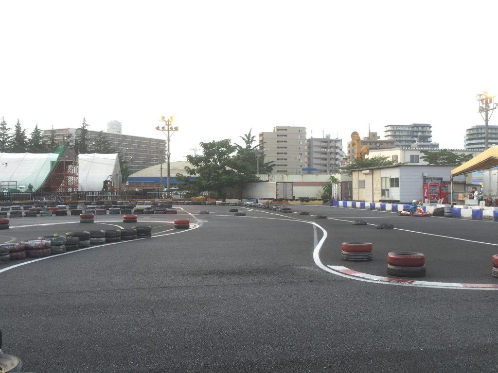 シティカートは1コーナーを立ち上がるとすぐに2コーナーの左カーブがある。