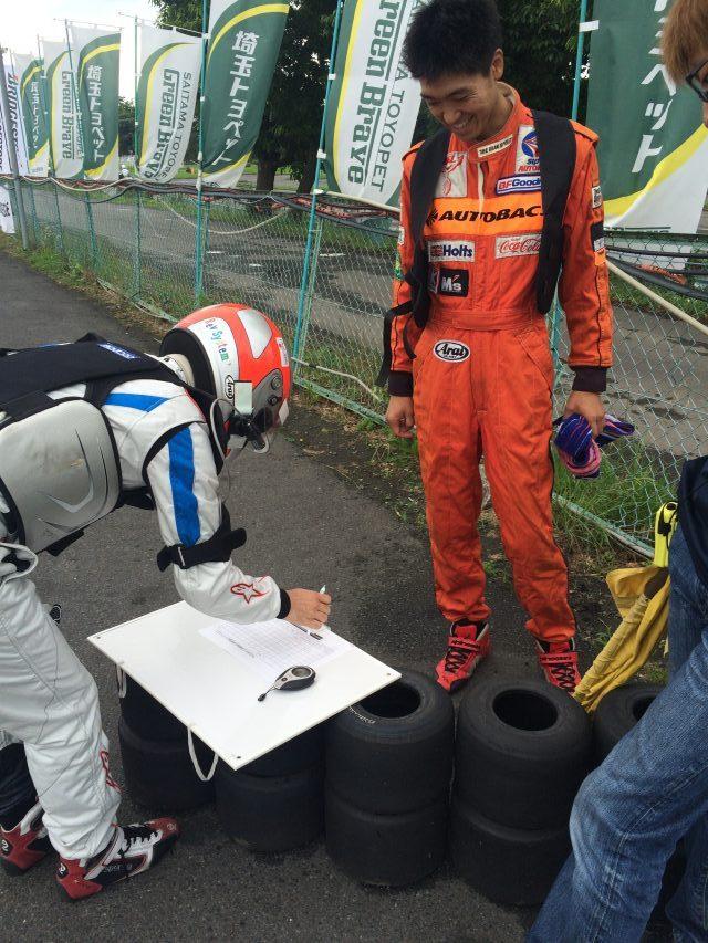 サーキット秋ヶ瀬で開催されたGreenBrave耐久の決勝レースのドライバー交代にてタイムを記入している様子。