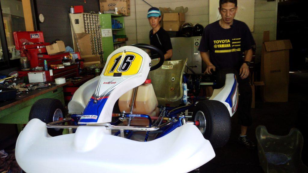 大井松田チャレンジカップのT4クラスの車両に重りを搭載中
