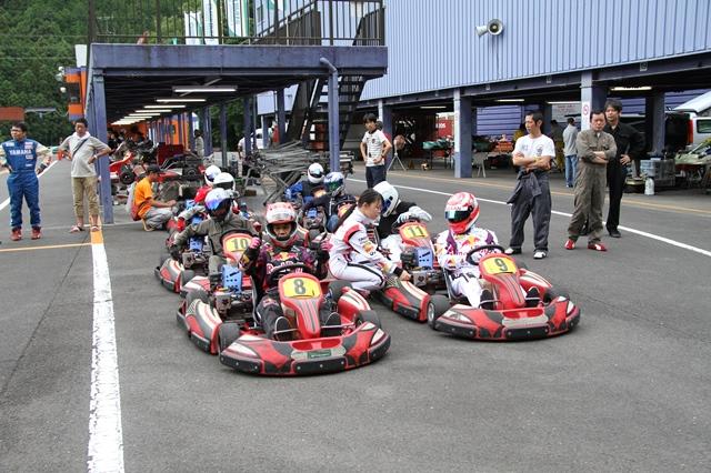 フェスティカサーキット栃木で開催されたGreenBrave耐久の予選スタート前に車両に乗り込む参加者
