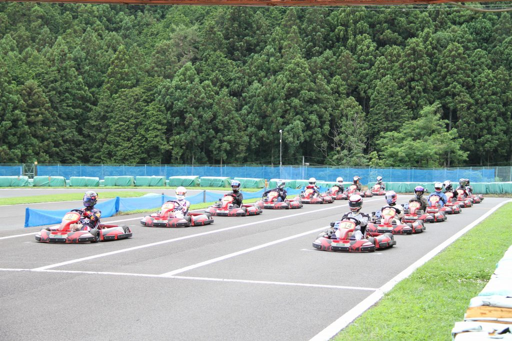 フェスティカサーキット栃木で開催されたGreenBrave耐久の決勝レースに向けてスターティンググリッドに停車する全車両