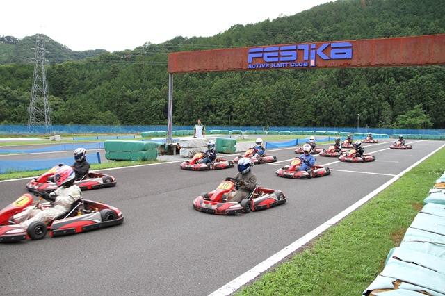 フェスティカサーキット栃木で開催されたGreenBrave耐久の決勝レーススタート直後