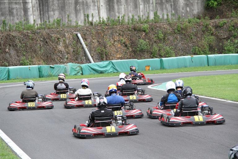 フェスティカサーキット栃木で開催されたGreenBrave耐久の決勝レースのスタート直後の1コーナー手前
