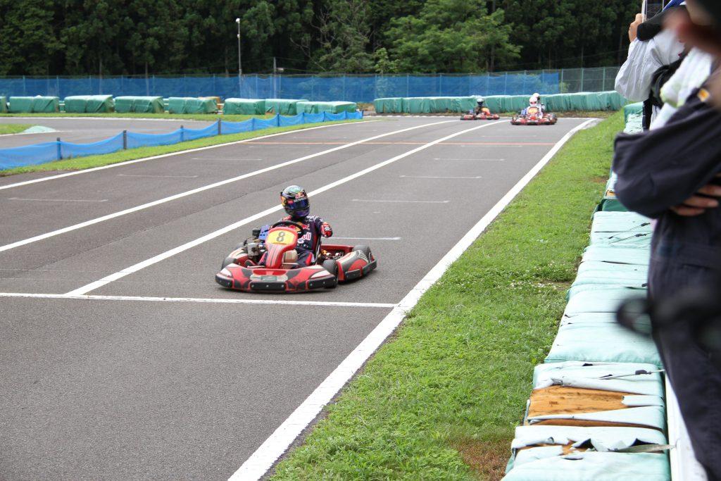 フェスティカサーキット栃木で開催されたGreenBrave耐久の決勝レースにてマシンの不調を訴える石栗選手