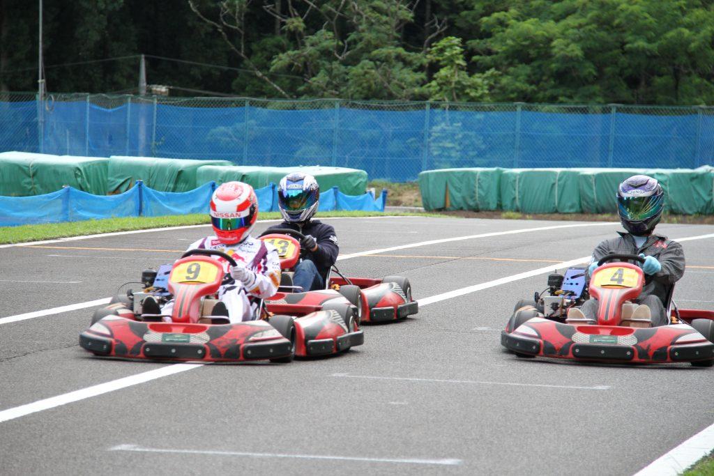 フェスティカサーキット栃木で開催されたGreenBrave耐久の決勝レースのストレートでの攻防