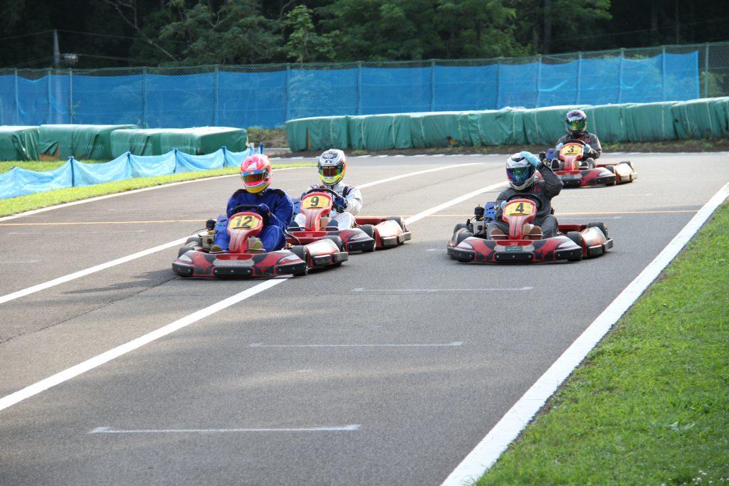 フェスティカサーキット栃木で開催されたGreenBrave耐久の決勝レースのストレートでの攻防2