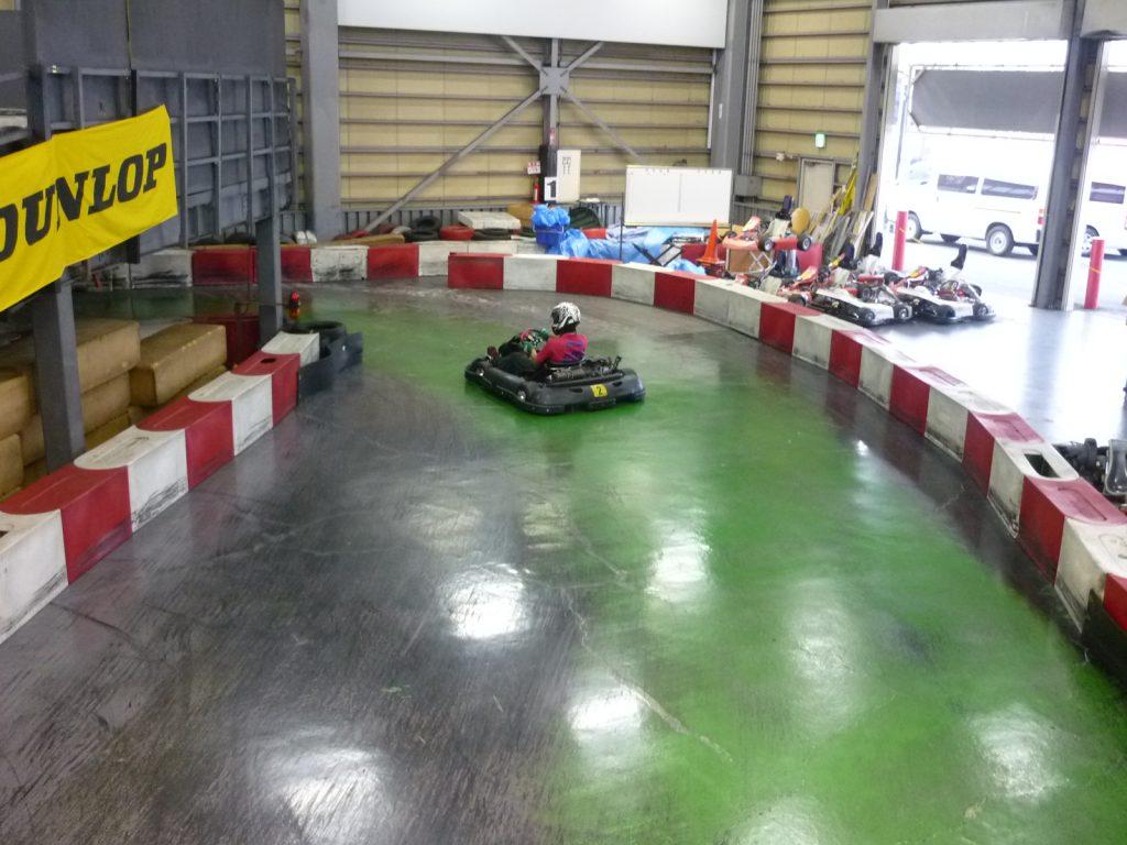 サーキットスタジアム634の第1コーナーの進入からクリッピングポイントに向かう写真