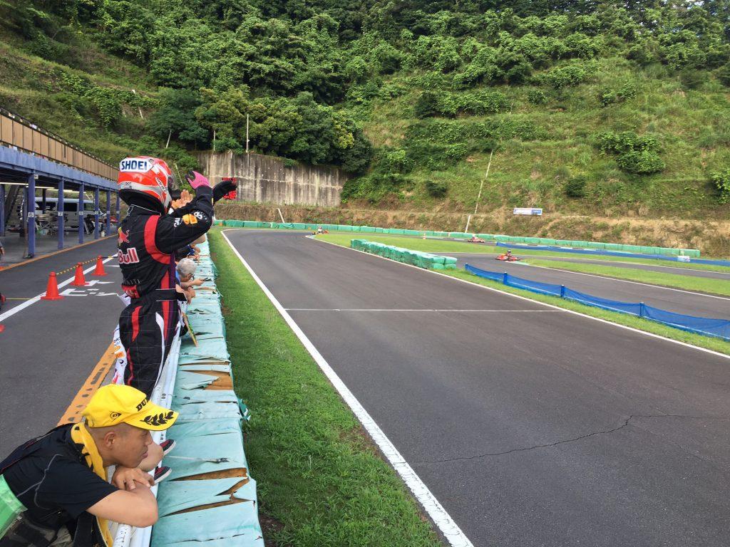 フェスティカサーキット栃木で開催されたGreenBrave耐久の決勝レース中のピットからの合図