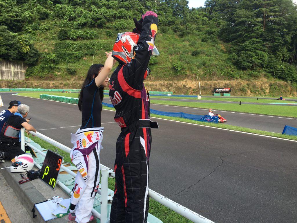 フェスティカサーキット栃木で開催されたGreenBrave耐久の決勝レース中のピットからのOKサイン
