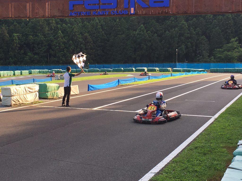 フェスティカサーキット栃木で開催されたGreenBrave耐久レースでのチェッカーシーン