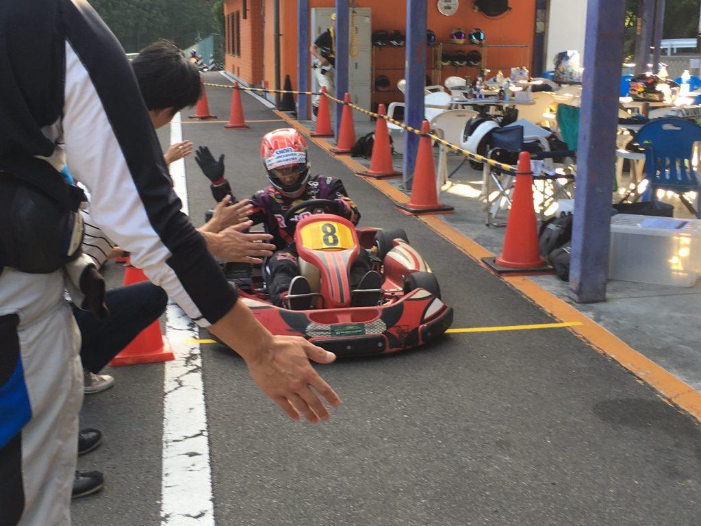 フェスティカサーキット栃木で開催されたGreenBrave耐久の決勝レースチェッカー後はハイタッチでお出迎え