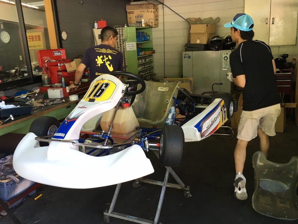 大井松田チャレンジカップのT4クラスの車両に重りを搭載作業中