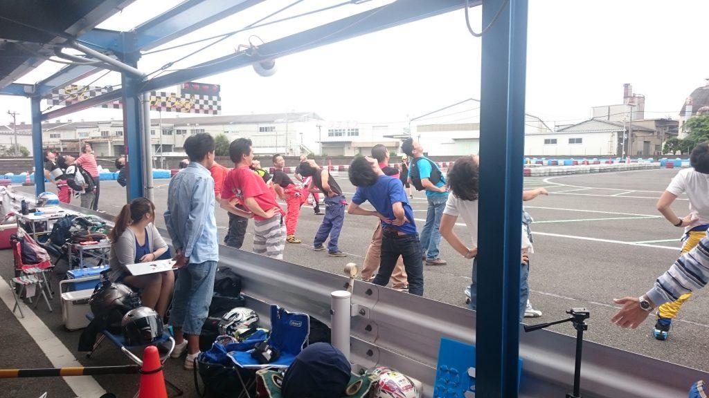 F.ドリーム平塚のレースの柔軟体操の様子