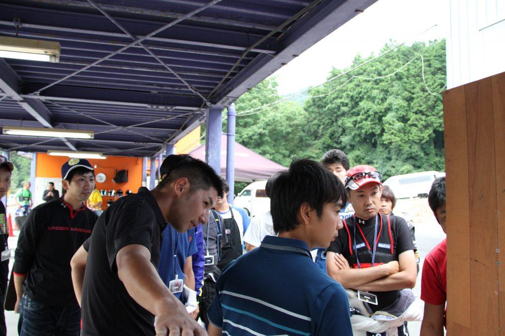 フェスティカサーキット栃木にて開催されたFECのドライバー交代の講習の様子