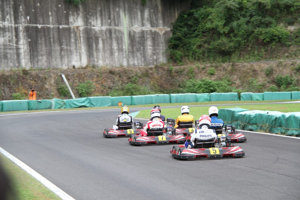 フェスティカサーキット栃木にて開催されたFECの決勝スタート後は団子状態