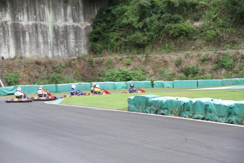 フェスティカサーキット栃木にて開催されたFECの決勝は一斉に1コーナーへ