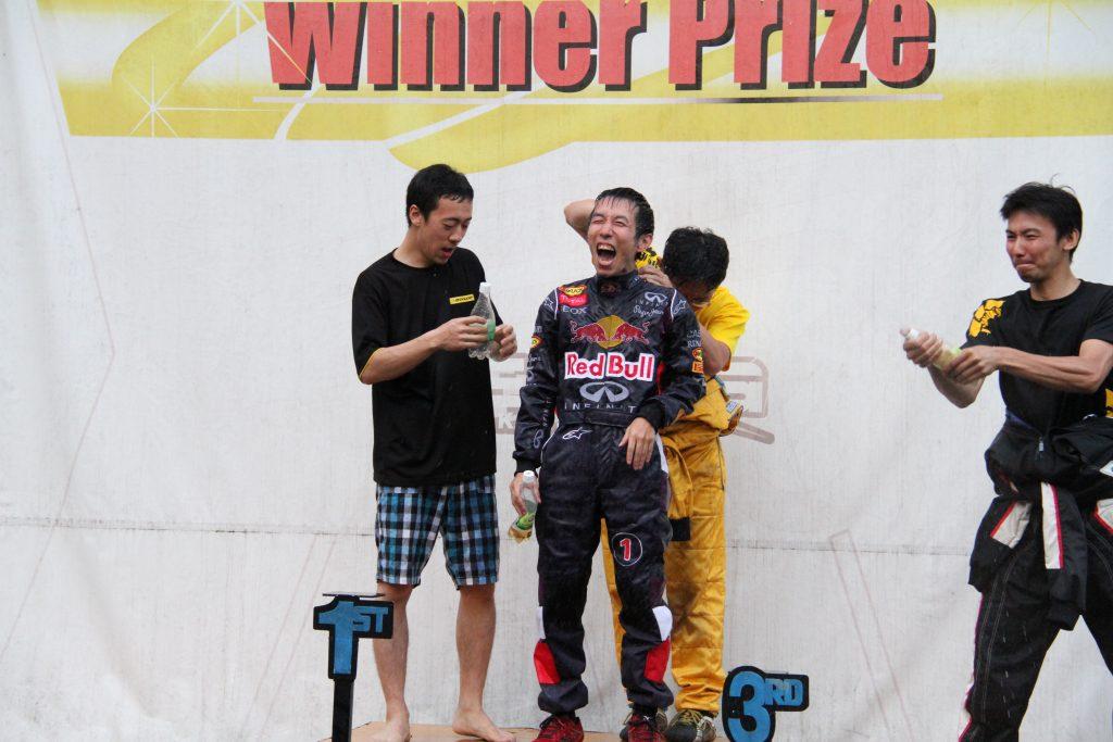 フェスティカサーキット栃木にて開催されたFECの表彰式のシャンパンファイト