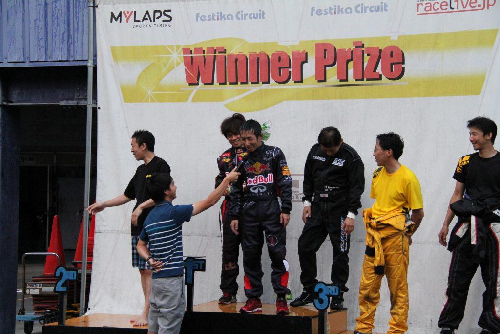 フェスティカサーキット栃木にて開催されたFECの表彰式インタビューの様子