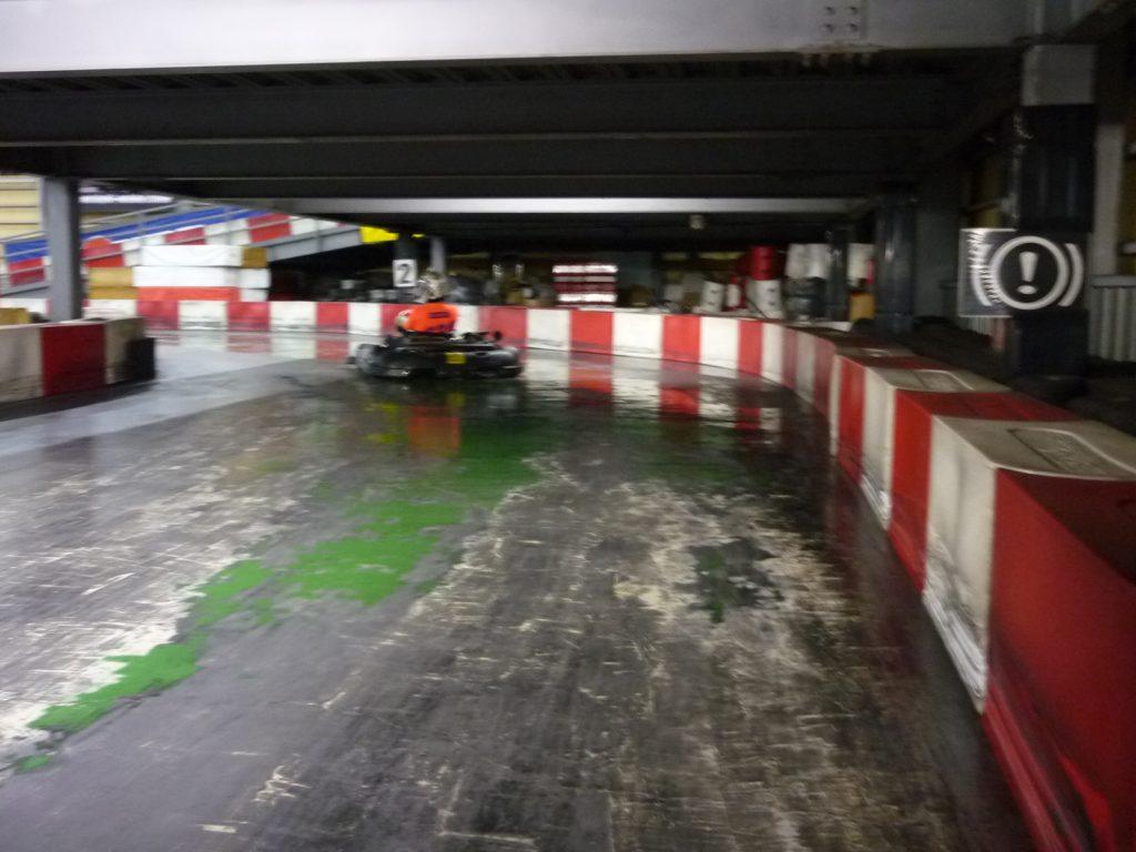 サーキットスタジアム634の2コーナーの進入からクリッピングポイントへ向かう