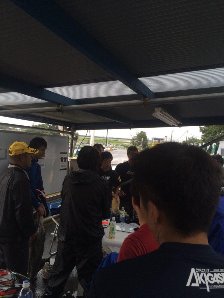 サーキット秋ヶ瀬のGreenBrave耐久にて参加チームでレース再開か中止かを多数決。