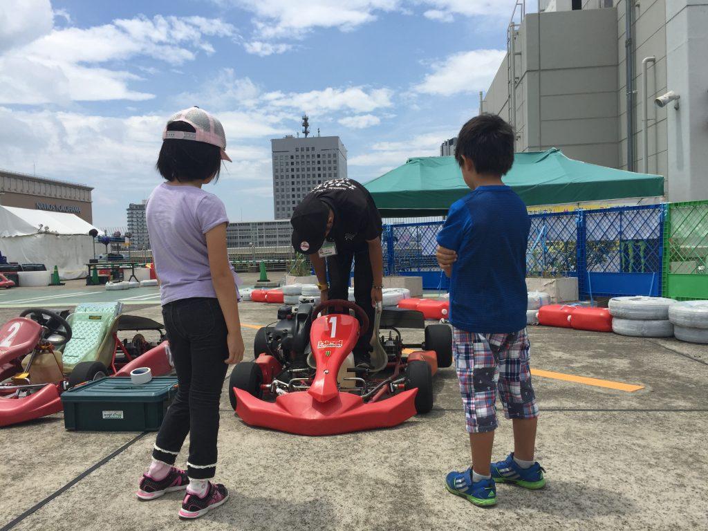 横浜GPのジュニアカートスクールで教わるこども二人