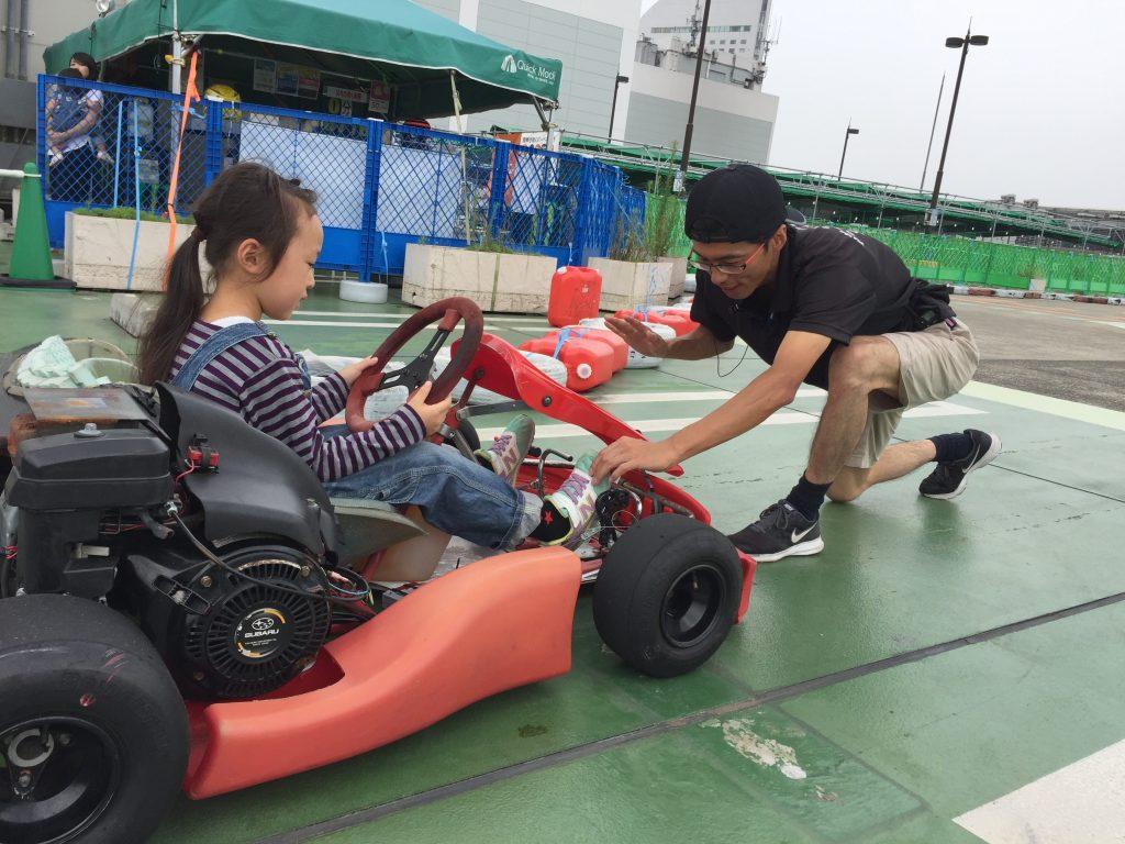 横浜GPのジュニアカートスクールにて指導を受ける女の子