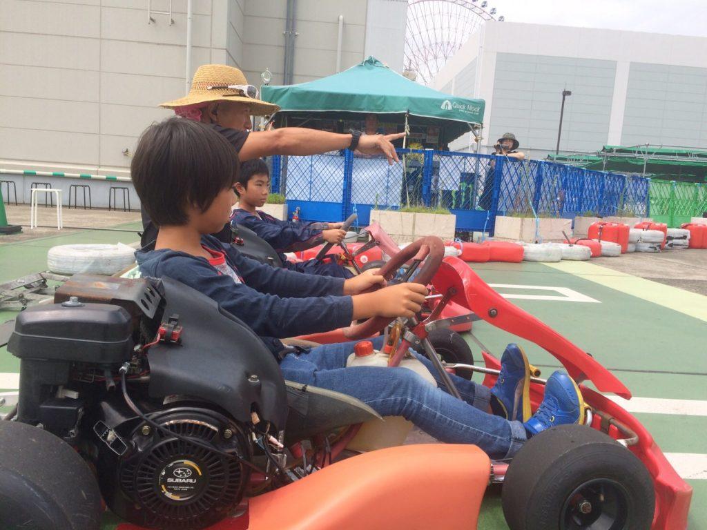 横浜GPのジュニアカートスクールにて指導を受ける二人