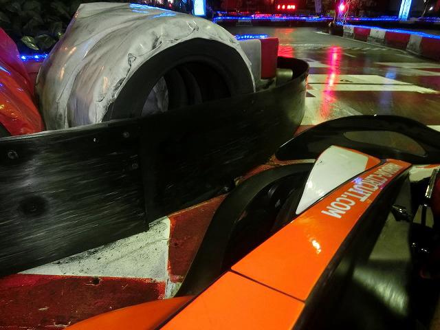ハーバーサーキットの最終コーナーからの立ち上がりはギリギリを攻める