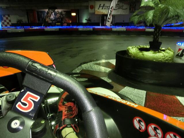 ハーバーサーキットの1コーナーのクリッピングポイント付近