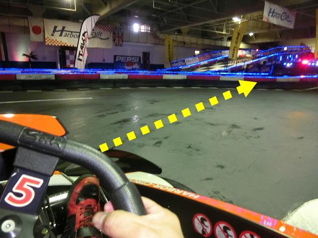 ハーバーサーキットの1コーナーの立ち上がりライン