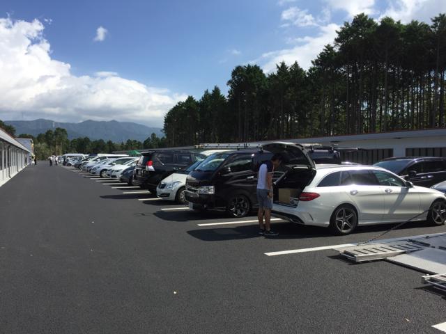 オートパラダイス御殿場の駐車場もいっぱい。